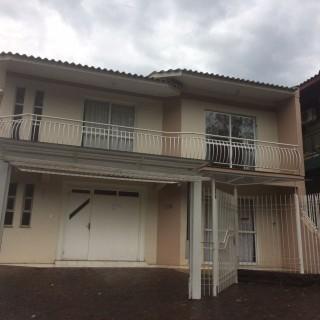 Vende-se casa de dois pisos no Bairro Antonio Carlos Oltramari
