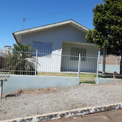 Vende-se casa com 3 dormitórios | próxima do Centro
